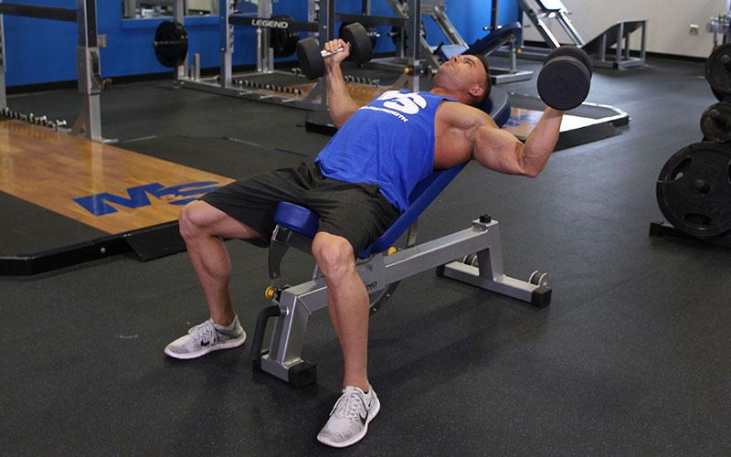 【インクラインダンベルフライ】胸上部の谷間を作るトレーニングを筋トレのプロが徹底解説【動画あり】