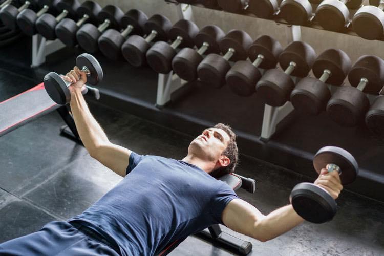 【ダンベルフライ】胸の谷間を作るトレーニングを筋トレのプロが徹底解説【動画あり】