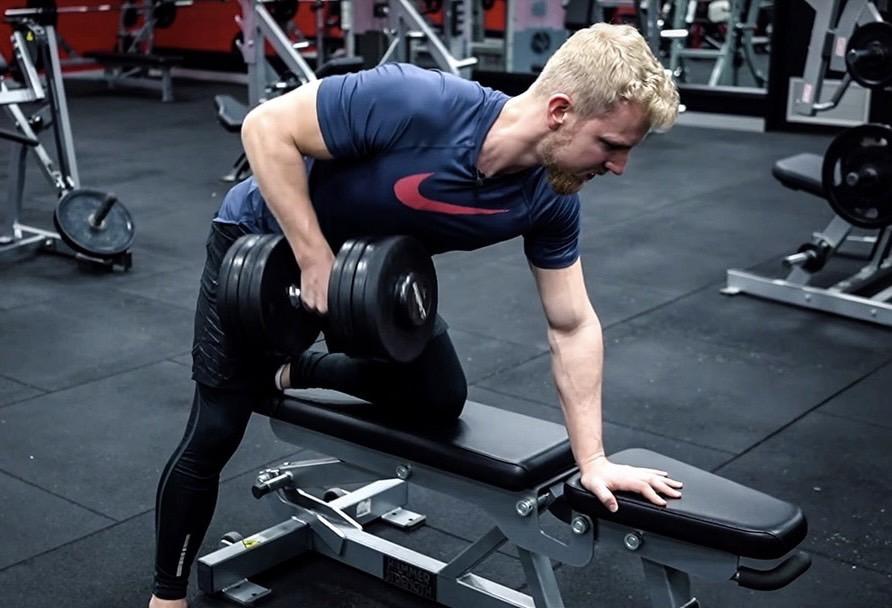 【ワンアームダンベルロー】ダンベル1つで背中を鍛えられるトレーニングを筋トレのプロが徹底解説【動画あり】